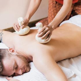 Massage mit Kräuterbeuteln